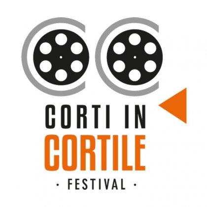 Logo of CORTI IN CORTILE, il cinema in breve